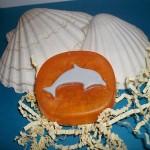 Δελφίνι σε πλακέτα σαπουνιού. Πρωτότυπα δωράκια για τη βάπτιση. Μπορείτε να το χρησιμοποιήσετε για δωράκι στη βάπτιση, ή για το σαπούνι που θα χρησιμοποιηθεί στη κολυμπήθρα