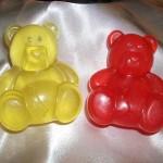 Αρκουδάκια σε διάφορα χρώματα και αρώματα. Πρωτότυπα δωράκια για τη βάπτιση. Μπορείτε να το χρησιμοποιήσετε για δωράκι στη βάπτιση, ή για το σαπούνι που θα χρησιμοποιηθεί στη κολυμπήθρα
