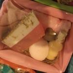 Καλάθι με προϊόντα προσώπου & σώματος Το καλάθι περιλαμβάνει : Σαπούνι γλυκερίνης για βαθύ καθαρισμό προσώπου με βούτυρο καριτέ, αιθέρια έλαια τριαντάφυλλο, γιασεμί, πατσουλί, φασκόμηλο, βότανα από χαμομήλι & καλέντουλα, Μπάλα Αρωματοθεραπείας με λεβάντα για τόνωση και χαλάρωση των άκρων, Άλατα Νεκράς Θάλασσας με λεβάντα.