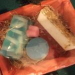 Καλαθάκι με καλλυντικά σαπούνια γλυκερίνης με βούτυρο καριτέ και αιθέρια έλαια - μπάλα αρωματοθεραπείας